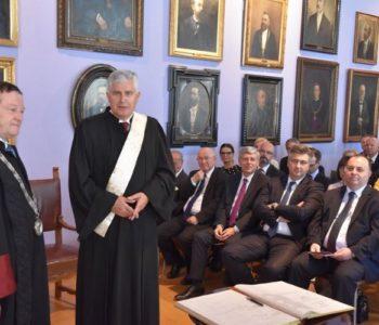 Studenti traže smjenu zagrebačkog rektora Borasa, a on tvrdi da se bave politikom. Kada on dodjeljuje počasni doktorat političaru Čoviću – to je OK