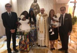 Papa Franjo krstio djevojčice rođene sa spojenim lubanjama