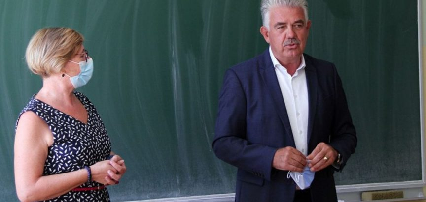 Nastavnicima vizir, a premijer masku nosi u rukama