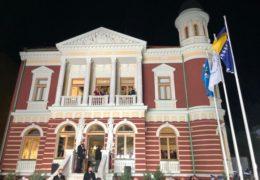 MULTIETIČNOST U nacionaliziranoj kući posljednjeg premijera NDH, princ Albert od Monaka otvorio obnovljeni Olimpijski muzej Sarajevo, a učenici Bošnjačke gimnazije izvjesili su zastave