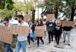 """Mirni prosvjed studenata u Mostaru – """"Tražimo svoja prava, a njih zanimaju samo pare. Nema politike, politika je u Studentskom zboru i Rektoratu"""""""