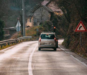 Stanje na cestama, kolnici vlažni i skliski; ima i odrona