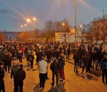 """Vlada USŽ poziva Cikotića i Izetbegovića pred """"Biru"""", građani prosvjeduju ispred kampa"""