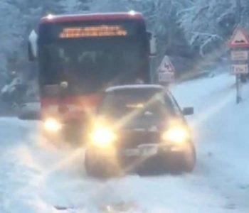 Golf izvukao autobus iz snijega