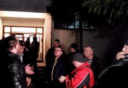 Mještani blokirali vojarnu u Bradini: Nek ih vode Bakiru, Čoviću, Dodiku i ostalima