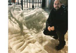 Svećenik izradio nevjerojatno divovsko raspelo od snijega