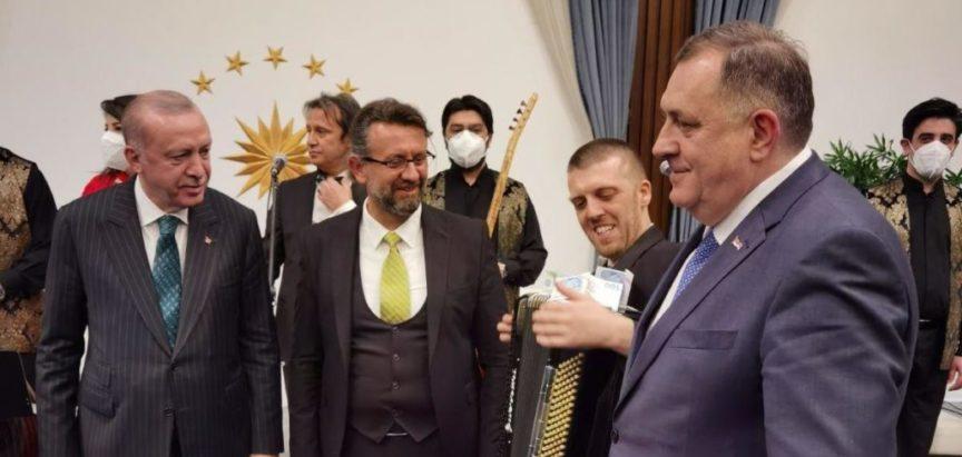 HRVATSKI MEDIJI U NEVJERICI: Reakcije na Dodikovo guranje novčanica od 100 eura harmonikašima na Erdoganovom razularenom tulumu