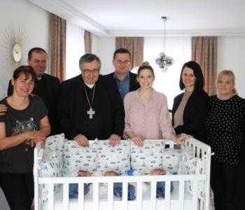 Kardinal pohodio novorođene trojke na Gromiljaku