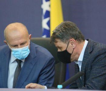 Premijer Novalić, prvooptuženi u aferi 'Respiratori', od Pehara traži potpisivanje ugovora s dobavljačima bez kompletne dokumentacije i prijeti mu smjenom