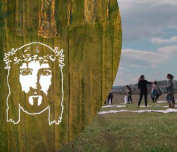 Akademske slikarice izradile Isusov lik od papira dimenzija 70×50 metara