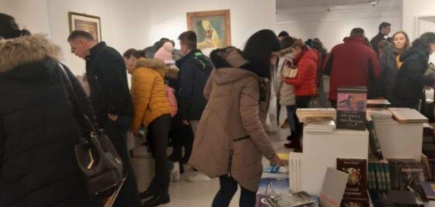 Franjevačka knjižnica u Tomislavgradu organizirala 2. sajam knjiga – veliki broj čitatelja već prvog dana