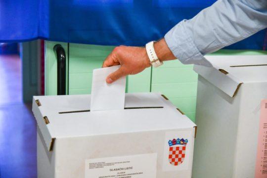 Diljem Hrvatske otvorena biračka mjesta za lokalne izbore, glasa se uz posebne epidemiološke mjere