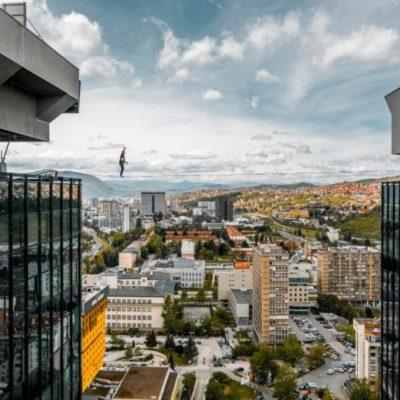 Hodanje na užetu između nebodera u Sarajevu