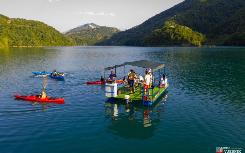 Zaplovimo Jablaničkim jezerom
