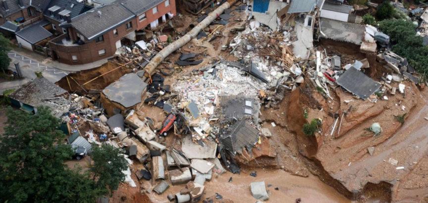 Stotine ljudi evakuirano je uslijed mogućnosti da bi brane, teško pogođene poplavama, mogle popustiti i uzrokovati nove poplave
