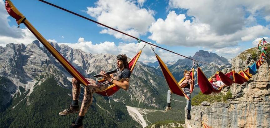 OVO JE NAJLUĐI FESTIVAL IKAD! Sudionici festivala vise iznad talijanskih Alpa