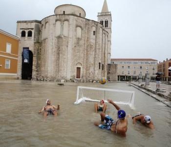 Zadar pod vodom: Kiša potopila antički Forum, slapovi usred grada