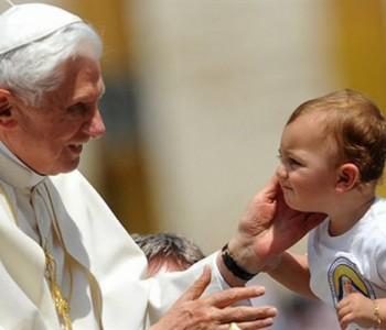 Papa Franjo: Djeca moraju odrastati u obitelji koju čine otac i majka