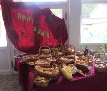 FOTO: OŠ Ivana Mažuranića u Gračacu obilježila Dane kruha i zahvale za plodove zemlje