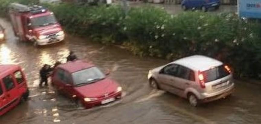 VIDEO: Nevrijeme na jugu: U Dubrovniku pala rekordna količina kiše, zbog bure problemi u prometu