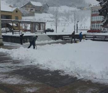 Budući krizmanici u akciji čišćenja snijega ispred župne crkve u Prozoru