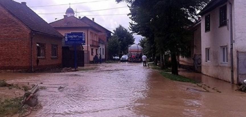 VIDEO: Nove poplave na području Tuzle, vode se izlile, most je nestao