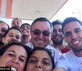 Kardinal Puljić snimio 'selfie' s mladima