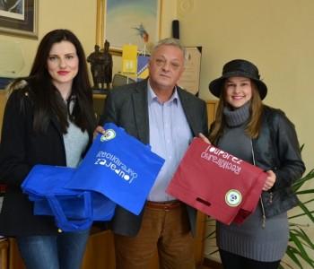 Volonterke Eko udruge Izvor građanima dijelile platnene vrećice