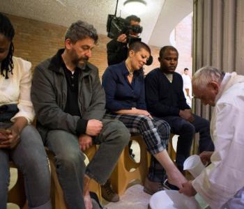 Papina ponizna gesta – Oprao noge zatvorenicima, među njima i djetetu